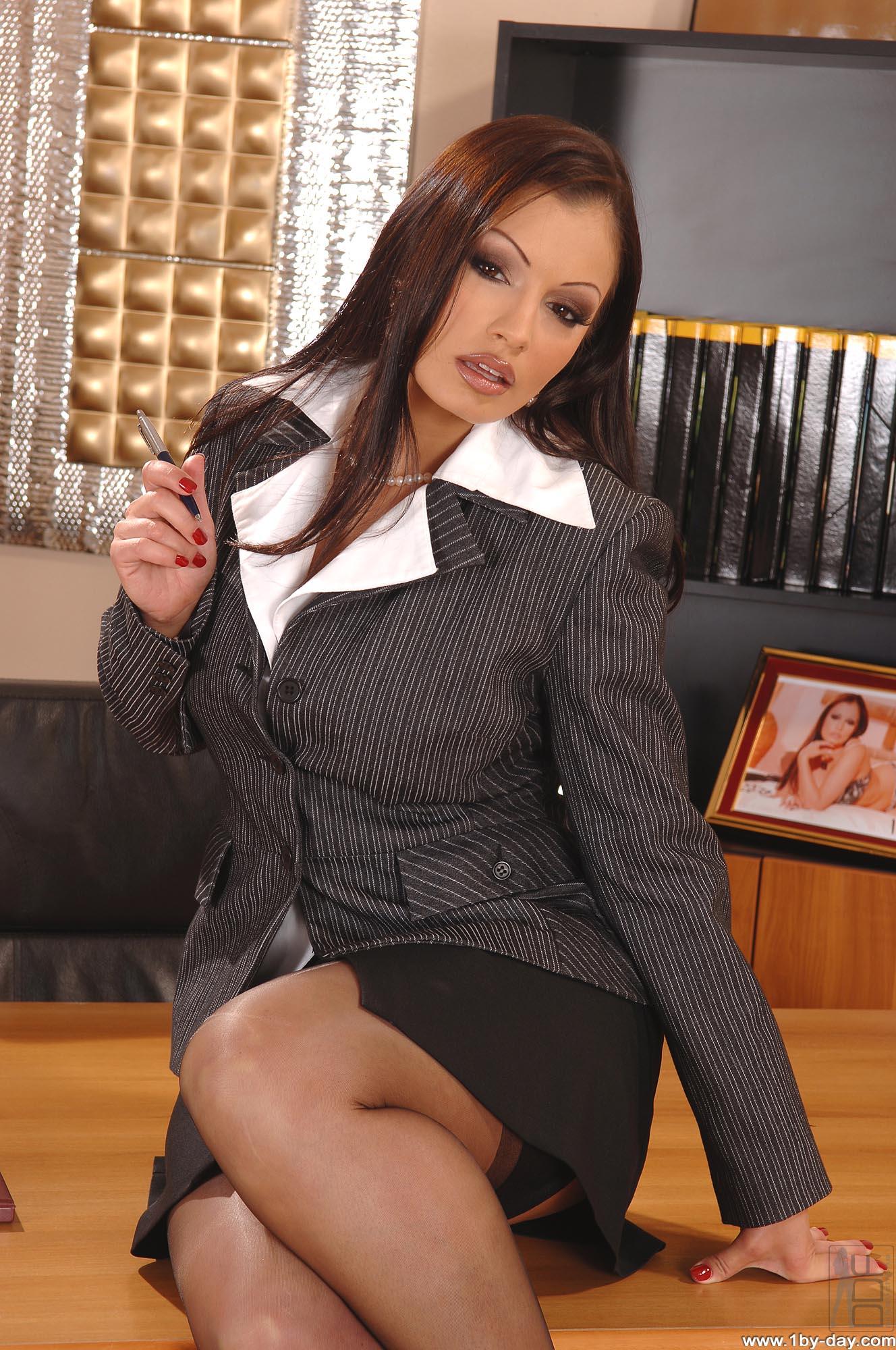 Секретарша в черных чулках на столе 1 фотография