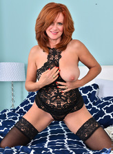 Ginger US milf Andi James boasts her curves in a sexy black lacy set and holdups