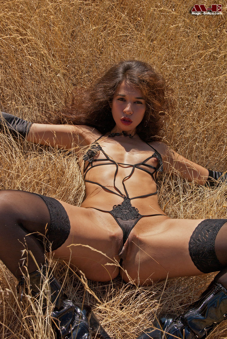 Sultry babe in dark nylons and hot boots gets dirty under ...