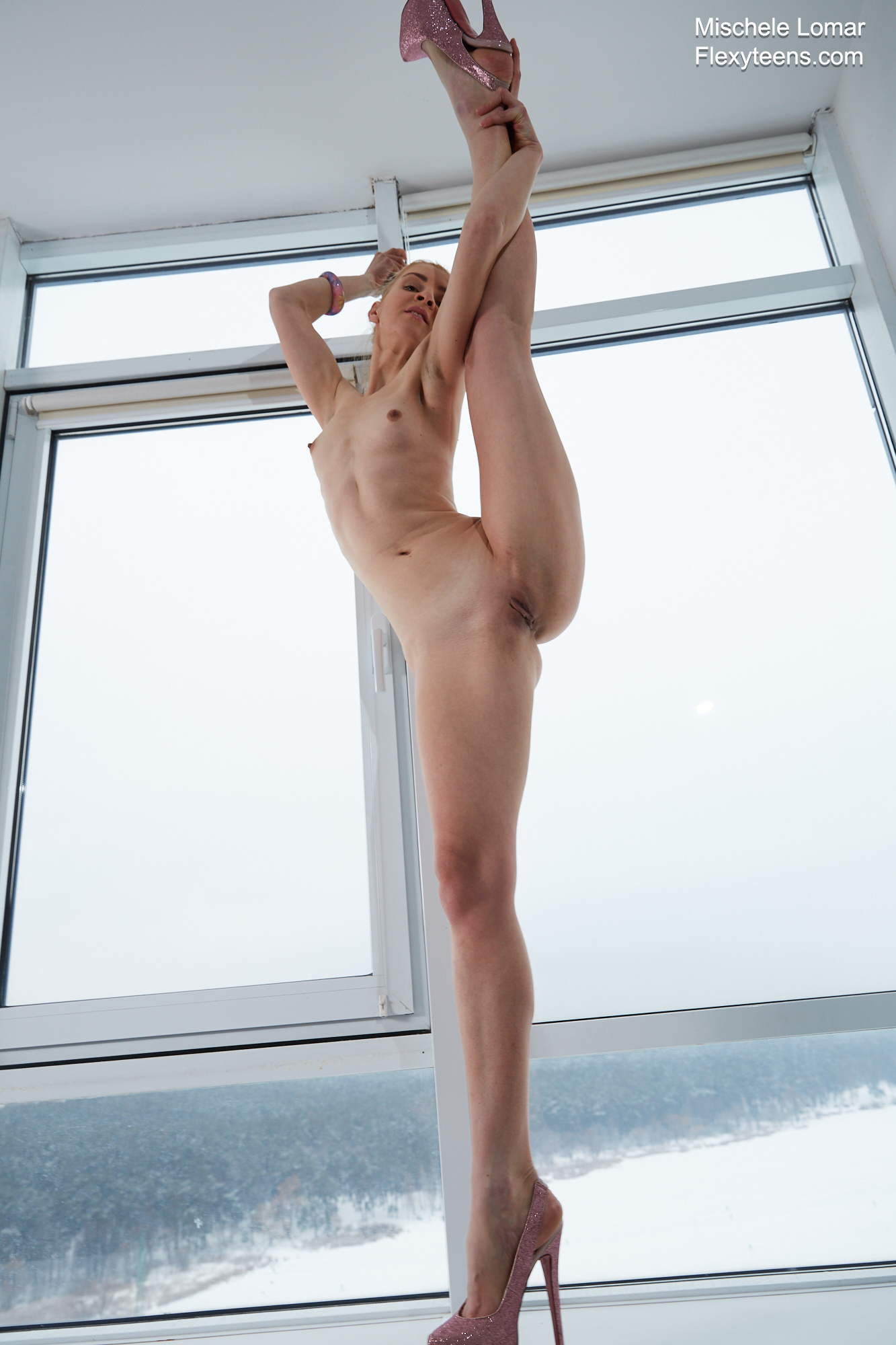 Blonde Mischele Lomar performs sexy splits and bends just ...