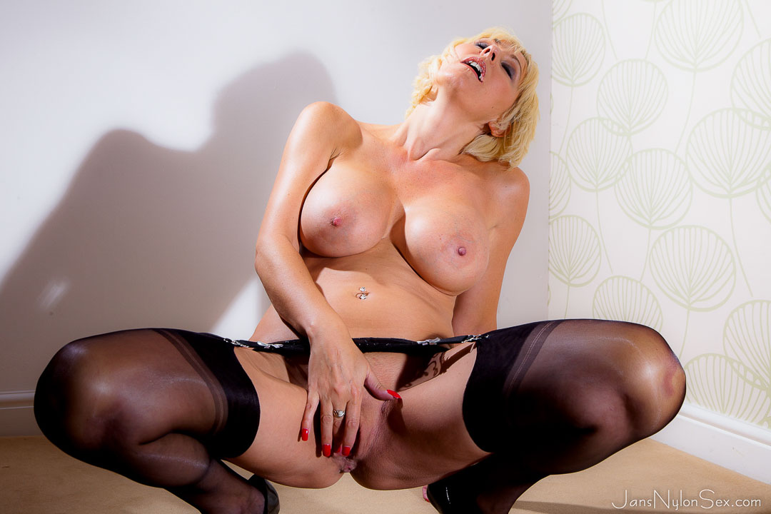 Wank world presents best nylon porn pics