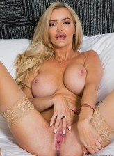 Blonde pornstar in stockings Linzee Ryder spreads her pussy