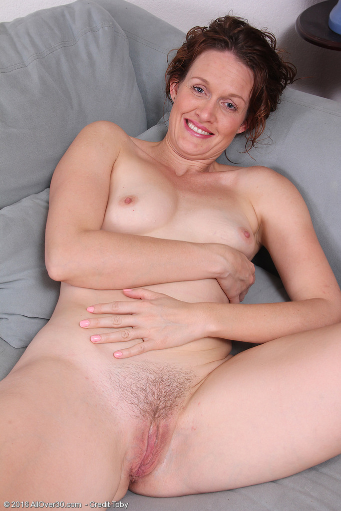 Smiley Canadian Milf Roxanne Clemmens Gets Naked Taking -3792