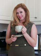 Curvy housewife Anna Joy rips and ladders her dark tights in the kitchen to get access to her beaver