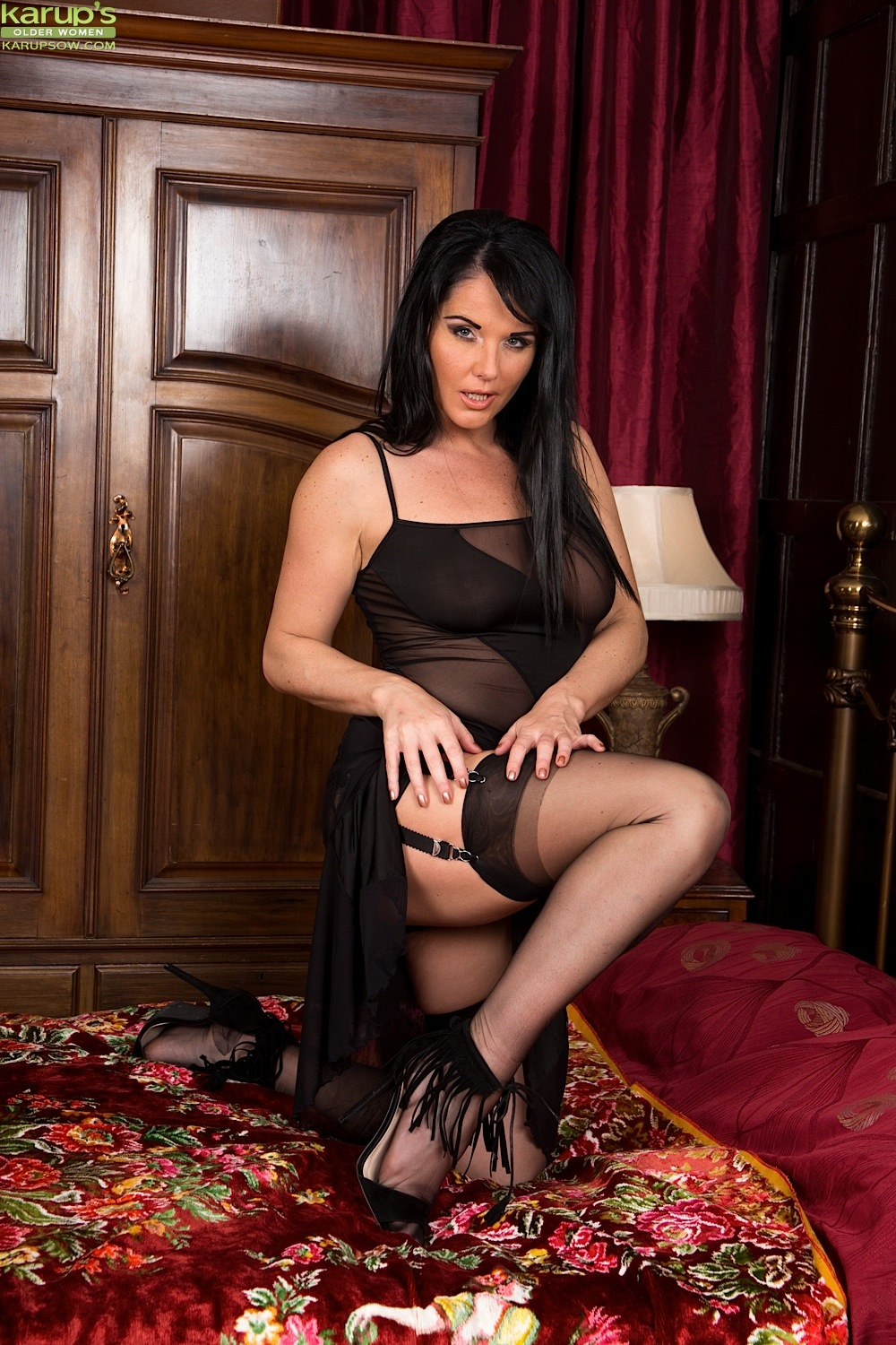 british mature babe raven lee in sexy black lingerie and stockings