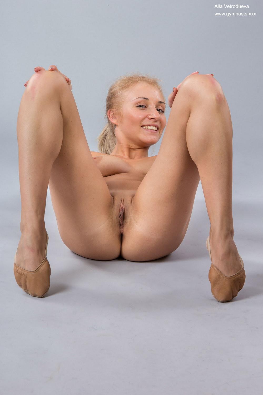 Stunningly flexible ballet-dancer Alla Vetrodueva does ...