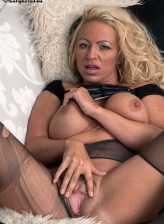 Stacked UK blonde Ashleigh Embers rips and ladders her tights to please her slit