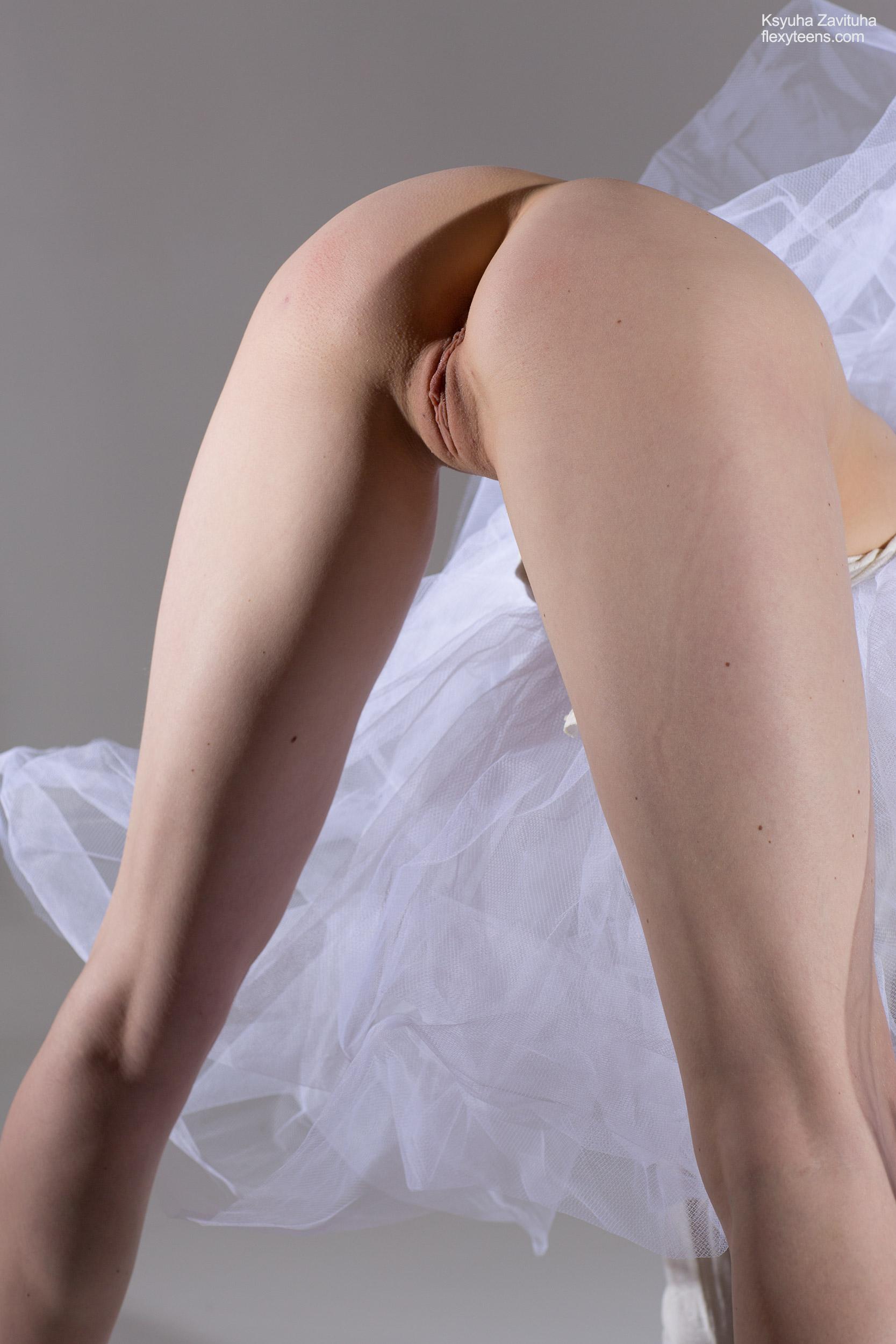 Elegante Ballerina Ksyuha Zavituha entblößt ihren nackten, beweglichen Körper
