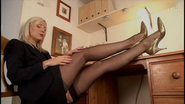 Slim-legged blonde Clair Lou frigs in retro seamed RHT stockings & golden pumps