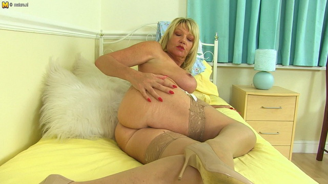 Stacked UK mature Amy Goodhead gets dirty in her white lacy set and tan nylons