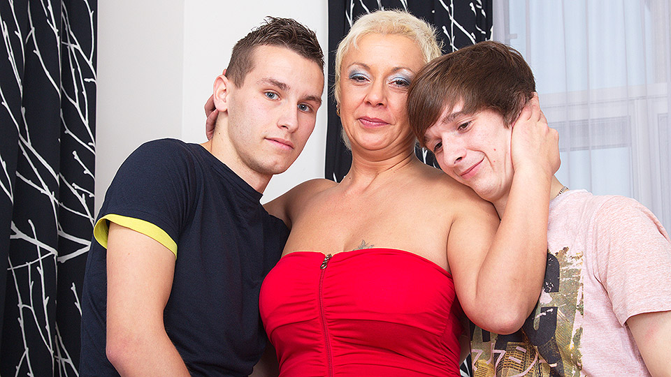 Curvy blonde mommy in black thigh highs laid by two youngsters