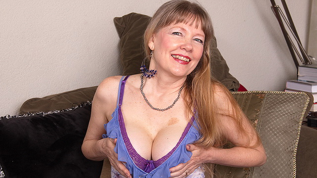 Mature lady Lilli White with a perfect body loves playing with her pink pussy