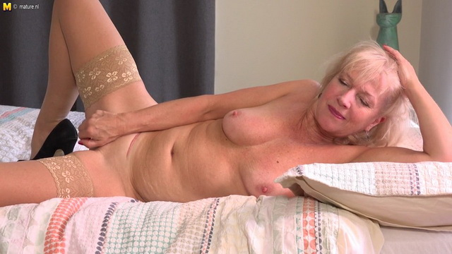 Gracefull British mature Emily Jane playing with herself in bed