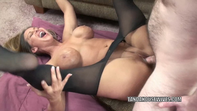 Slutty swinger Leeanna Heart rips off her tight pantyhose to get her mature pussy pounded