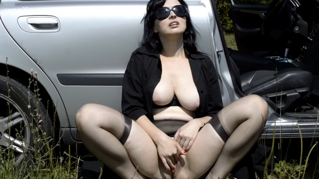 Busty brunette Wanilianna parts legs in gartered stockings and frigs in the car