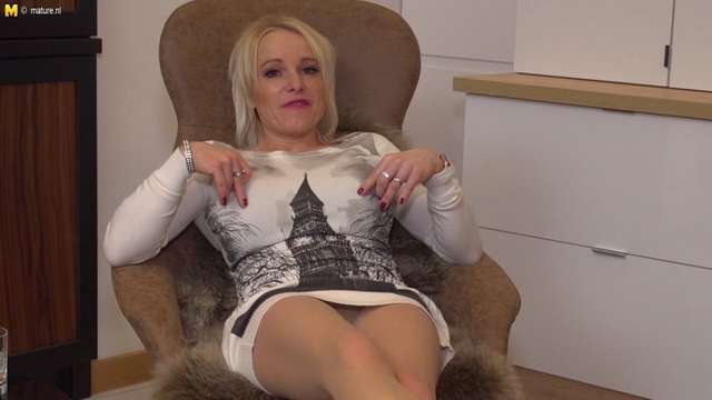 British milf Tara Spades loves to play alone