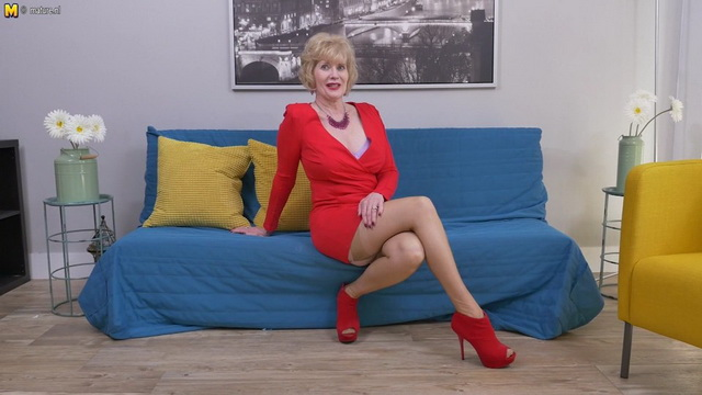 Mature stunner Sindee Dix frigs in her sexy red heels & frilly garter stockings