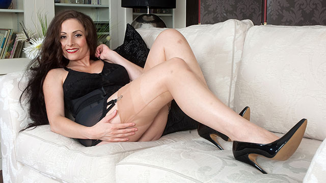 Long-haired hottie Sophia Delane in sheer vintage FF stockings and pointy pumps