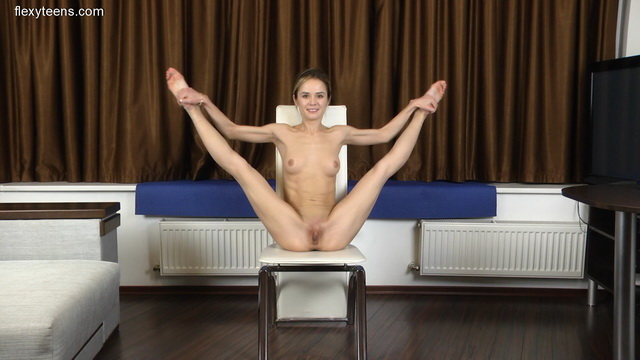 Flexy ballerina Agata Berezka strips her pointes and tutu for nude pas & splits