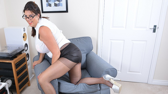 British housewife in pantyhose Lulu Lush playing with her vibrator