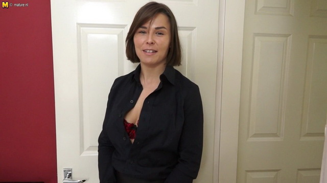 Naughty English mom Jamie Ray playing with her wet pussy