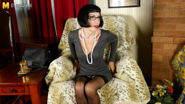 Spectacled US milf Alyce Porter opens slim legs in black holdups feeling too hot to stay dressed