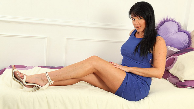 Hot Steamy MILF Raven Lee loves to play with herself