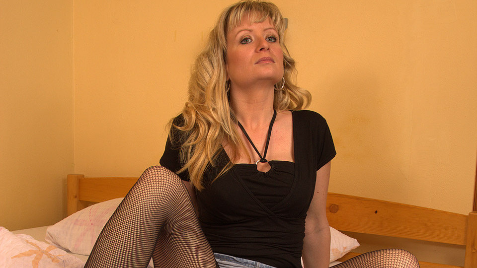 Sex-hungry mature in sexy black fishnets getting her fix of meat