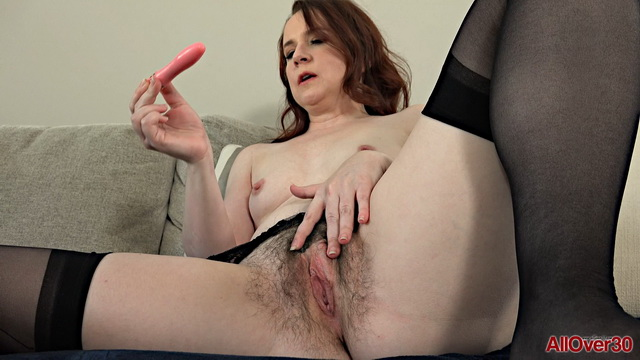 Black-stockinged US milf Annabelle Lee moans pushing a vibe into her hairy twat