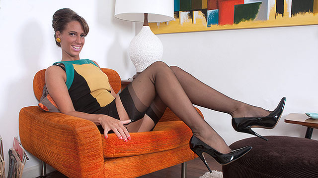 British lady Tammie Lee in vintage stockings rams her pussy with a pointy pump