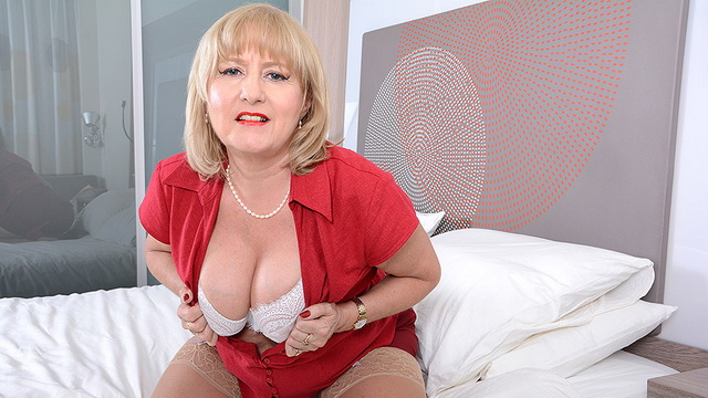 Curvy British housewife Lorna Blu playing in bed