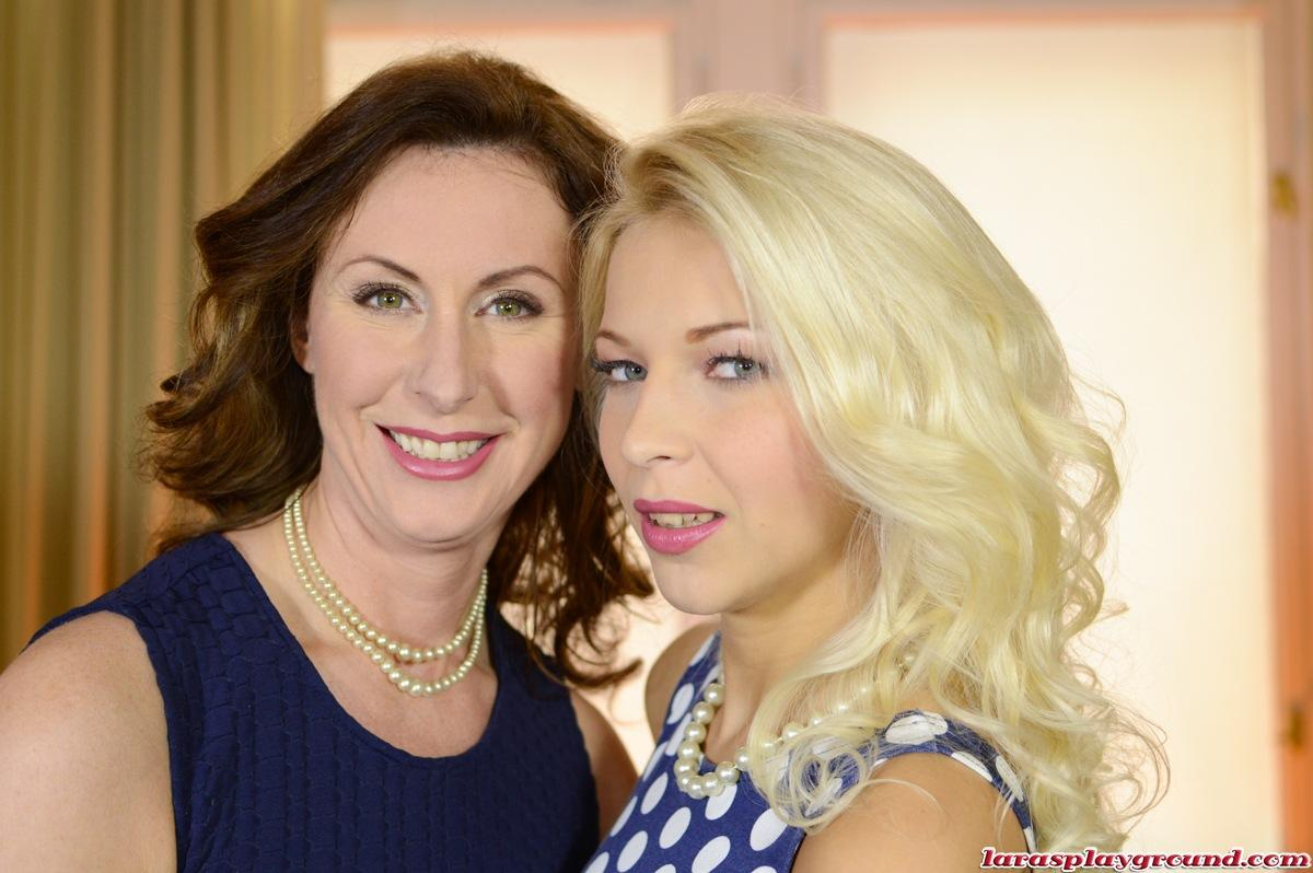 English milf Lara Latex and Diana Dors look-alike Czech model Karol go lesbo in FF stockings and gloves