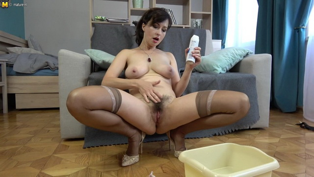 Hairy mom Wanilianna shaving and playing with herself